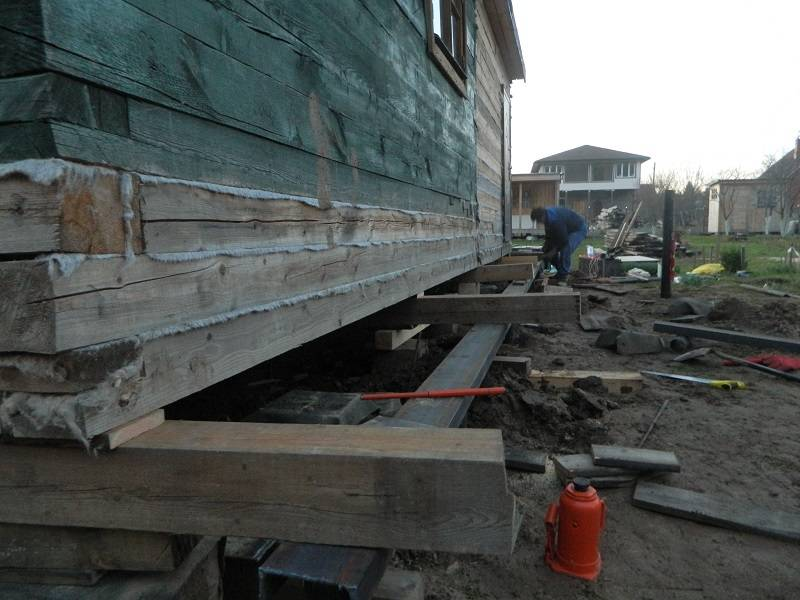 Как поднять фундамент деревянного дома с помощью домкратов