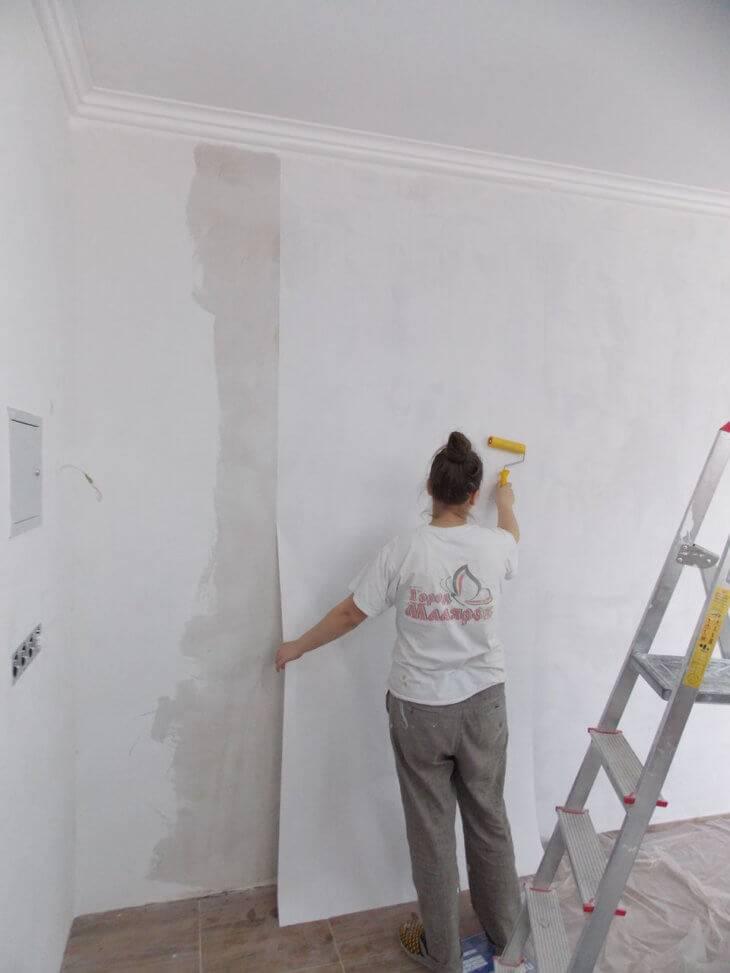 Как правильно клеить стеклообои на стены под покраску — изучаем тщательно