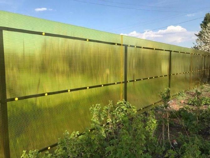 Простое и быстрое решение: строим забор из сетки-рабицы своими руками