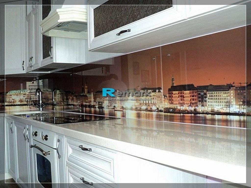 Стеклянные фартуки на кухне: практично ли их ставить?