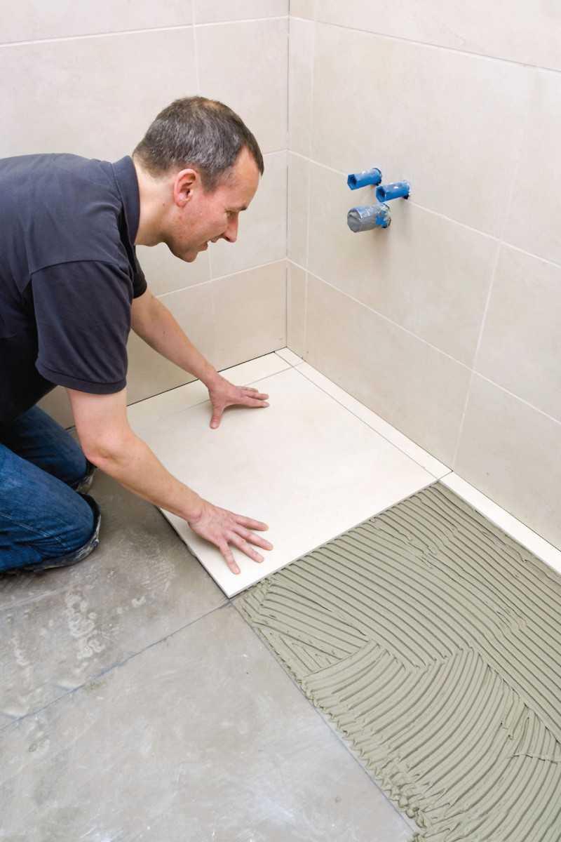 Как класть плитку на пол в ванной — руководство по укладке