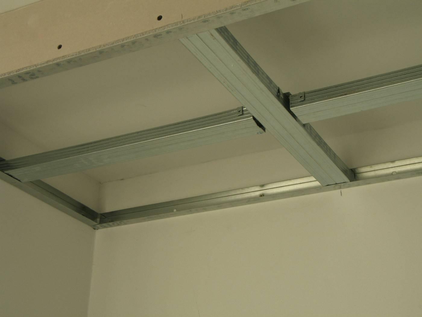 Как крепить гипсокартон к потолку: крепим каркас и листы