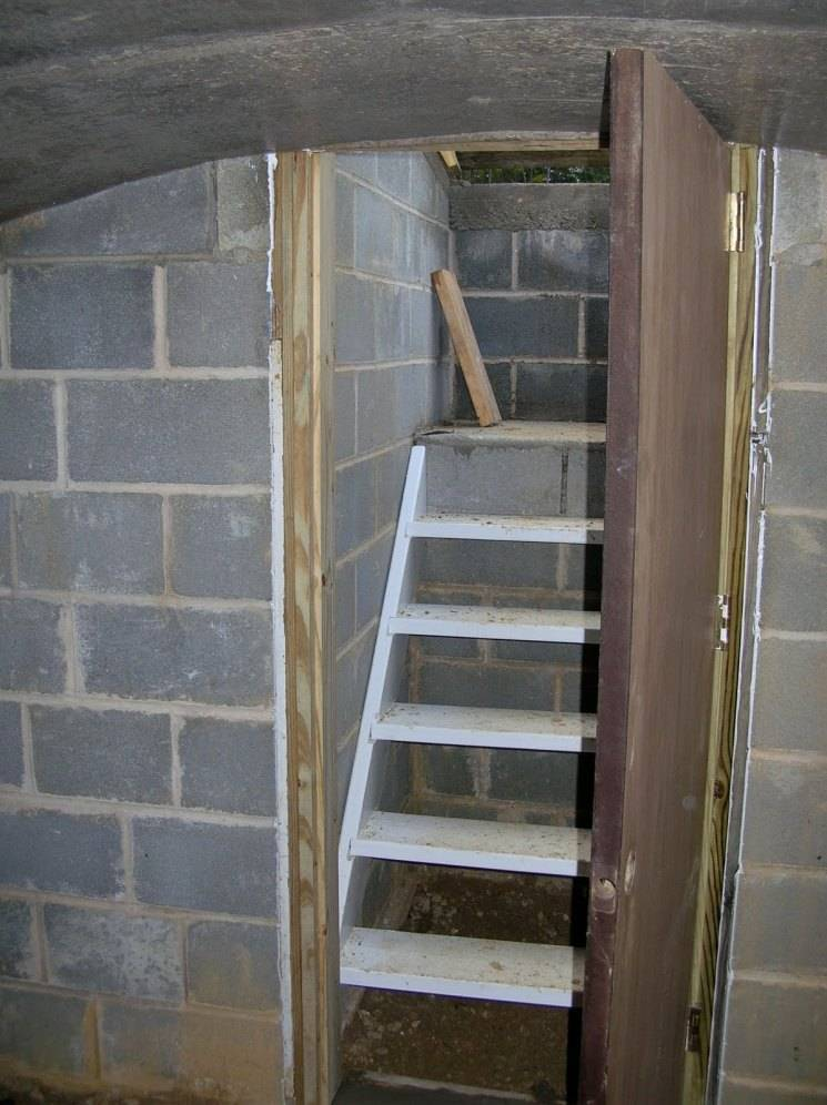 Монтаж металлической лестницы в подвал