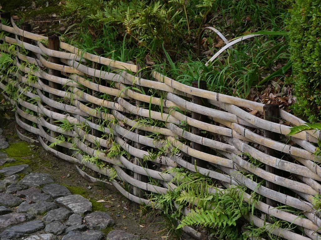 Делаем плетеный забор из доски своими руками - правильная последовательность монтажных работ