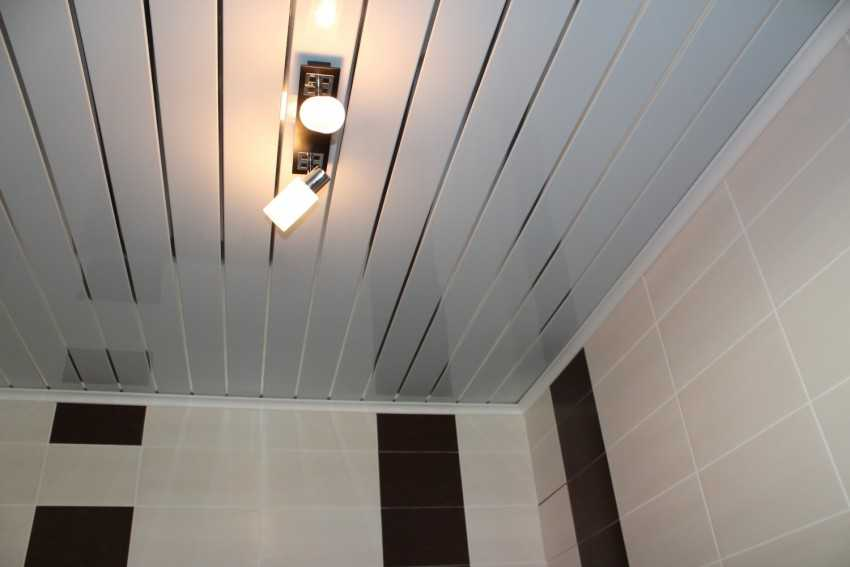 Какой потолок лучше сделать в ванной комнате?