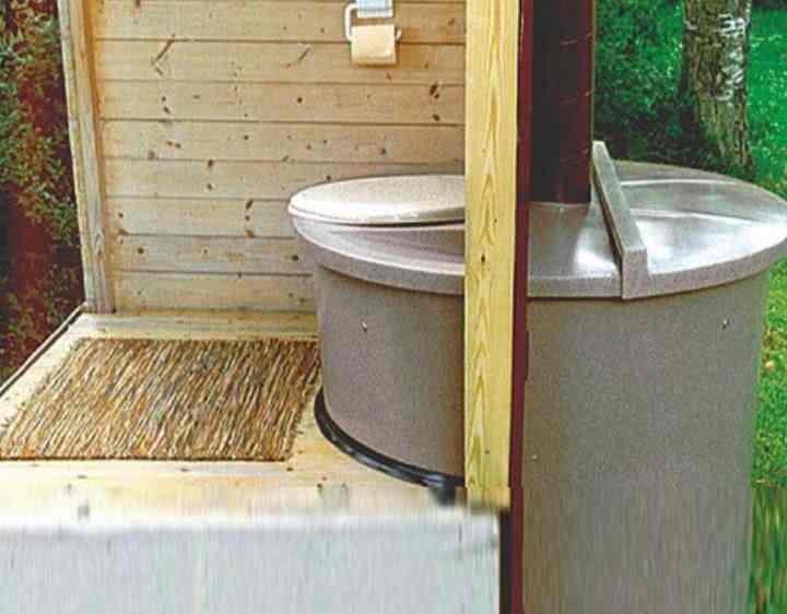 Как избавиться от запаха в дачном туалете с помощью промышленных и народных средств