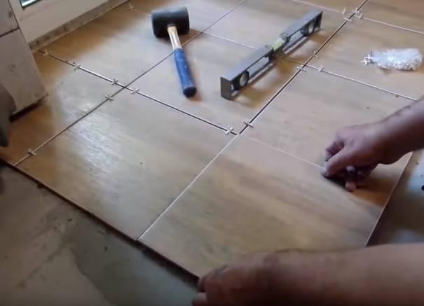Как класть плитку на пол: пошаговая инструкция с видео