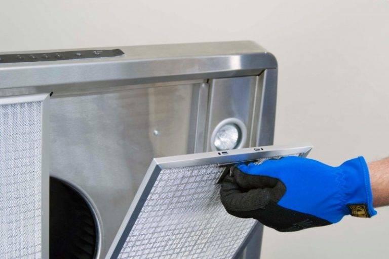 Снимаем кухонную вытяжку: как это будет по правилам