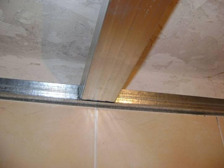 Варианты как отделать потолок пластиковыми панелями