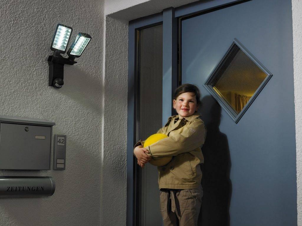 Выбираем надежные светильники с датчиком движения для подъезда