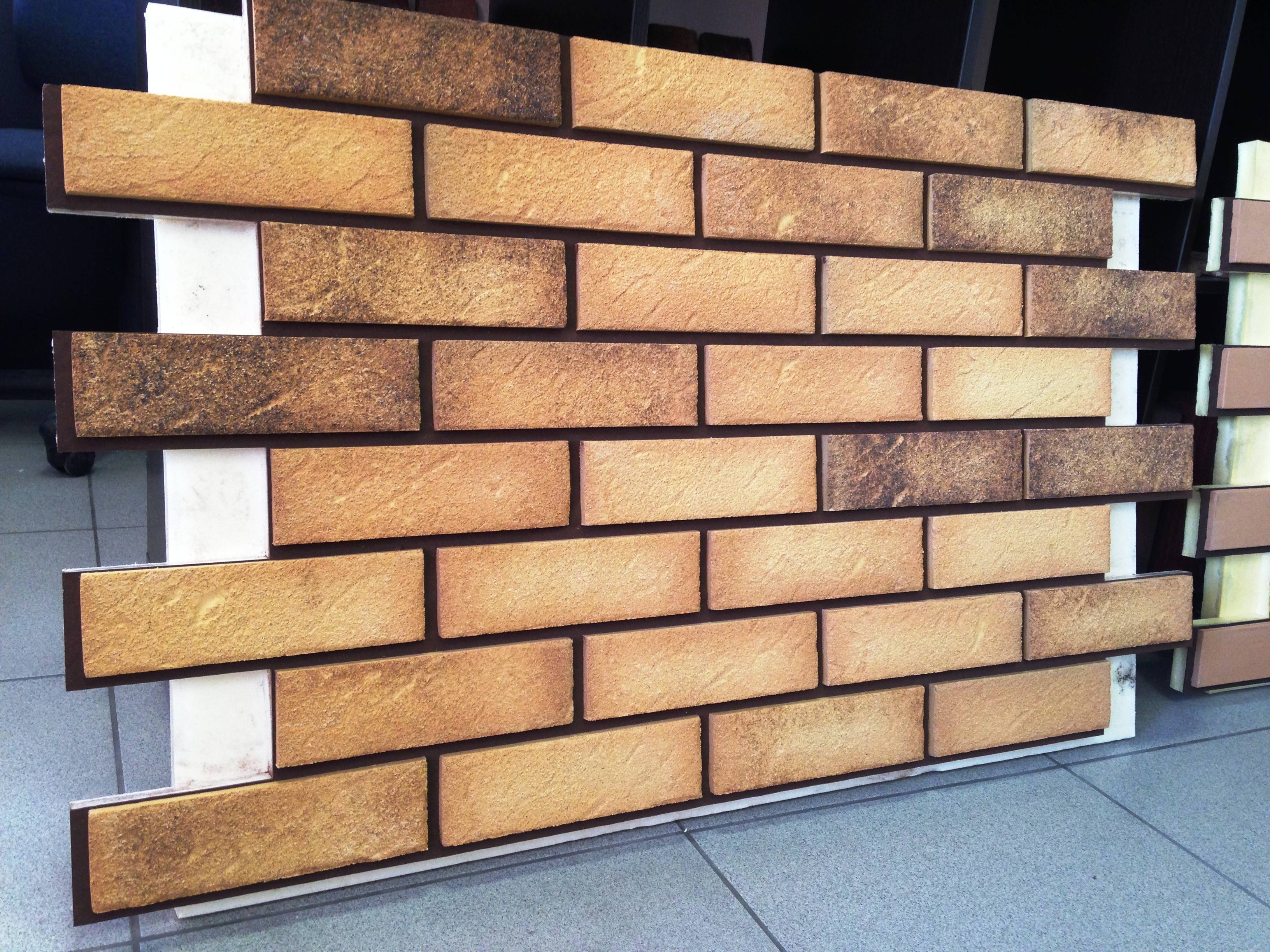 Фасадные панели под камень (40 фото): материал для отделки фундамента дома снаружи, характеристики сырья для внешней обшивки фасада, примеры в наружной облицовке
