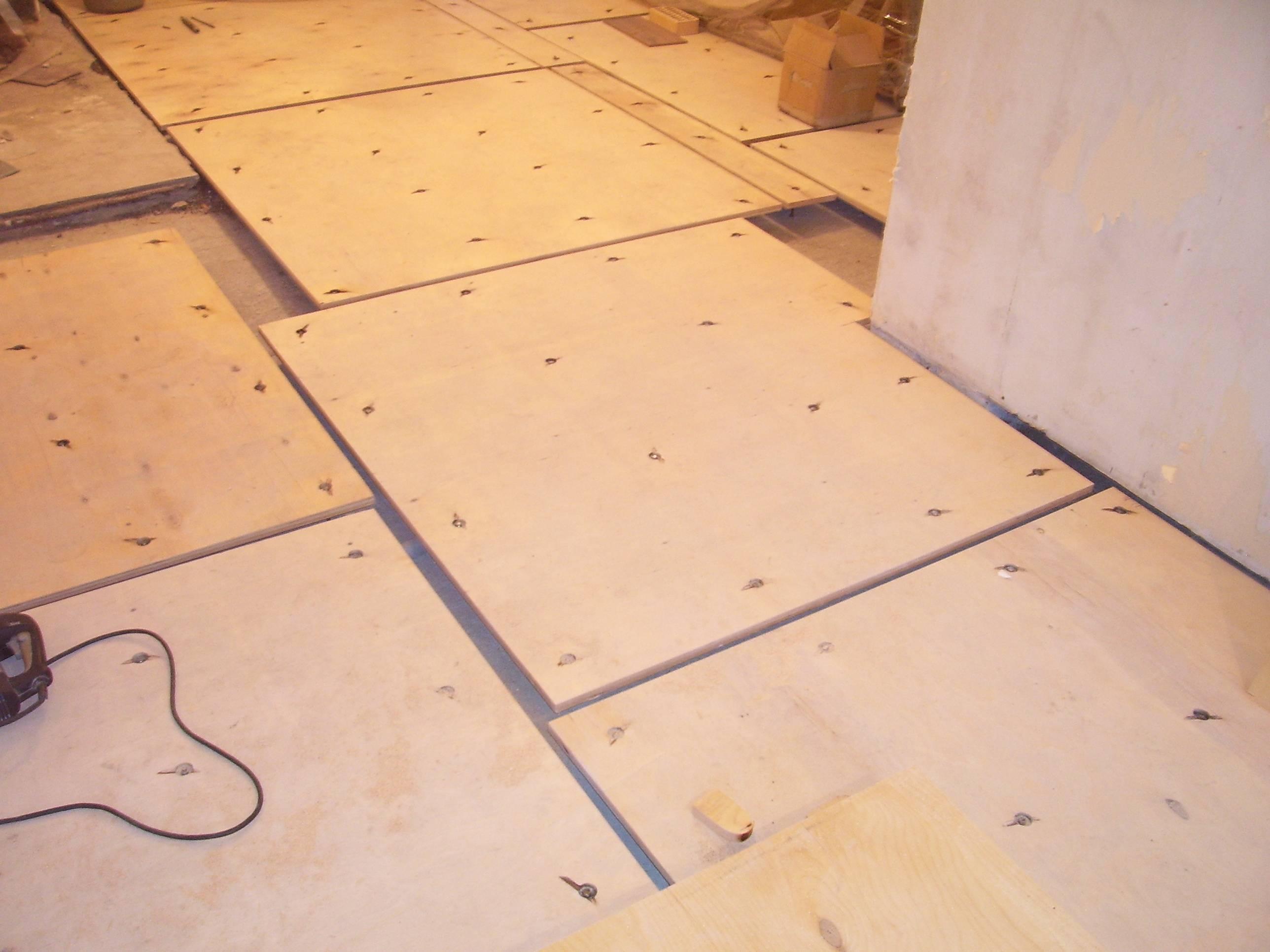 Правила укладки фанеры под ламинат на деревянный пол