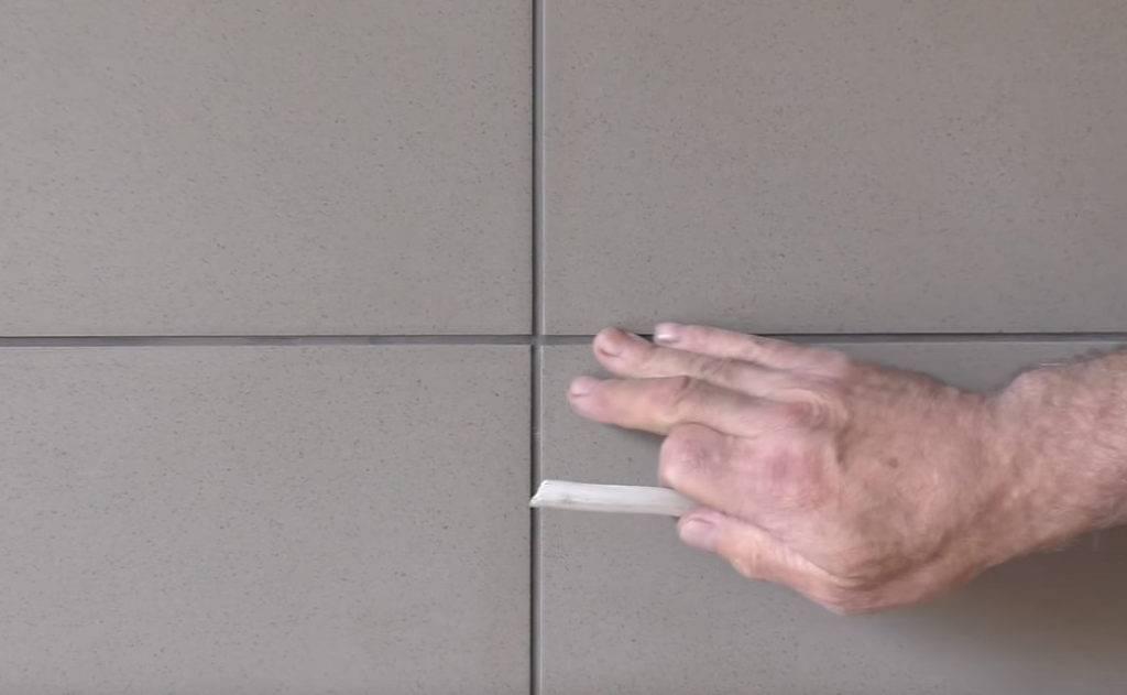 Что означает стрелка на тыльной стороне плитки: разбираемся в нюансах