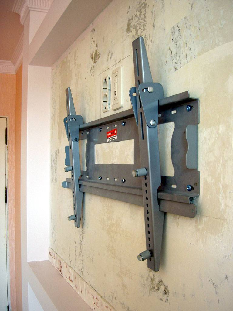 Как правильно повесить телевизор на стену с кронштейном и без