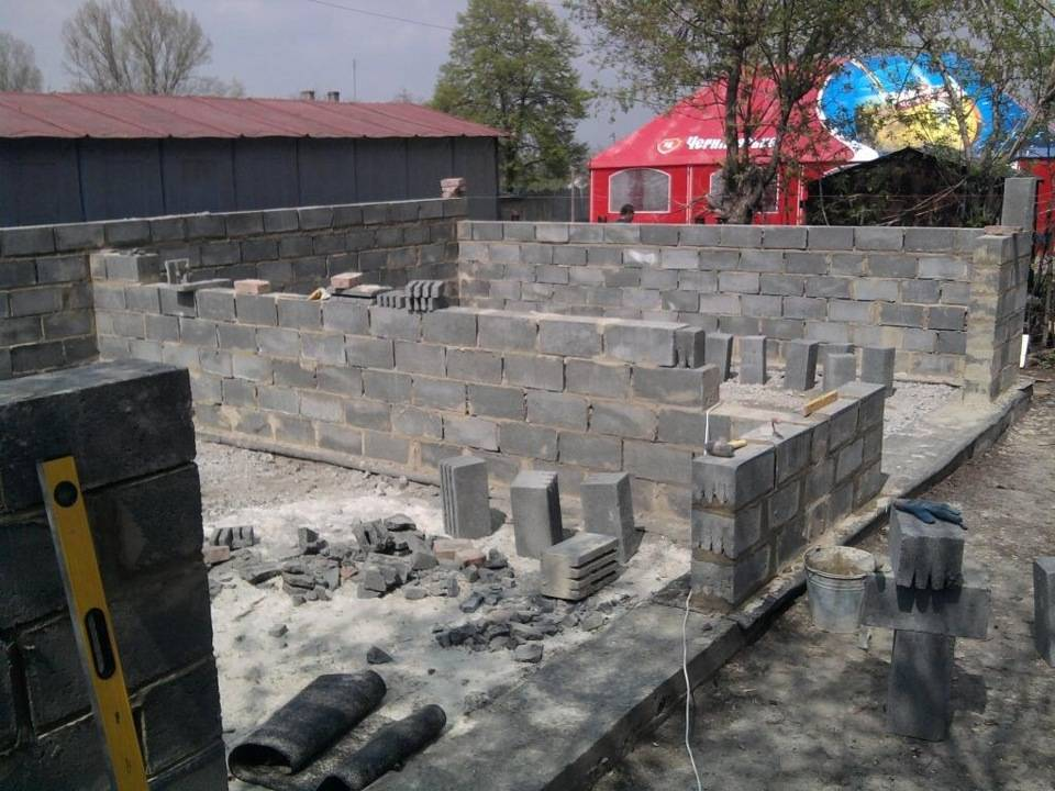 Строительство гаража из газобетона своими руками: толщина стен и фундамент