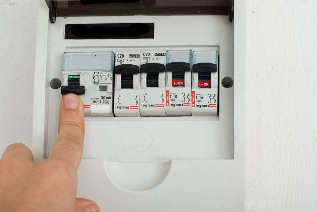 Электроснабжение частного дома: что такое бесперебойная подача, какие есть основания для отключения, как отрезают свет за неуплату и что при этом делать?