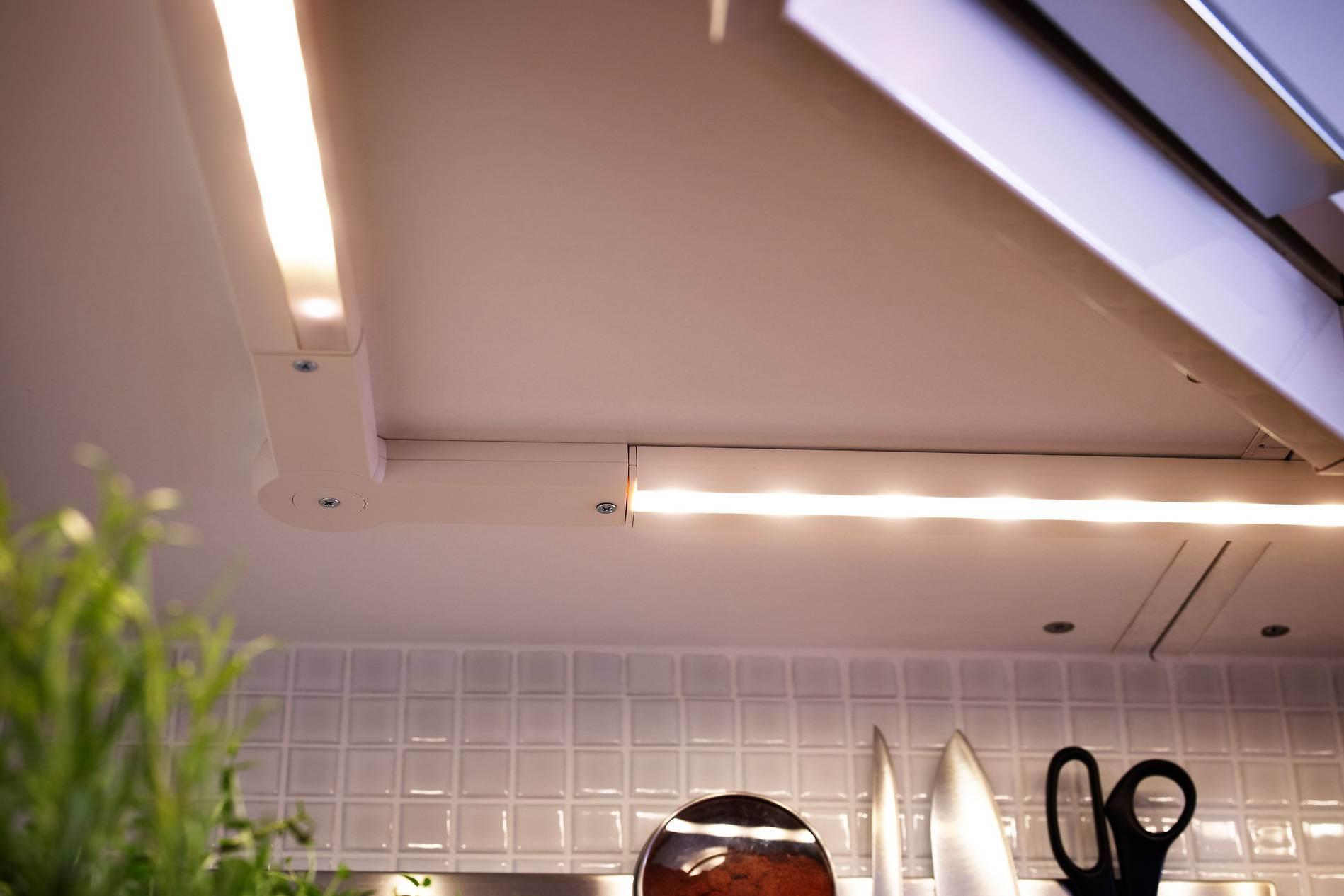 Освещение на кухне: варианты освещения и правила размещения светильников (105 фото)