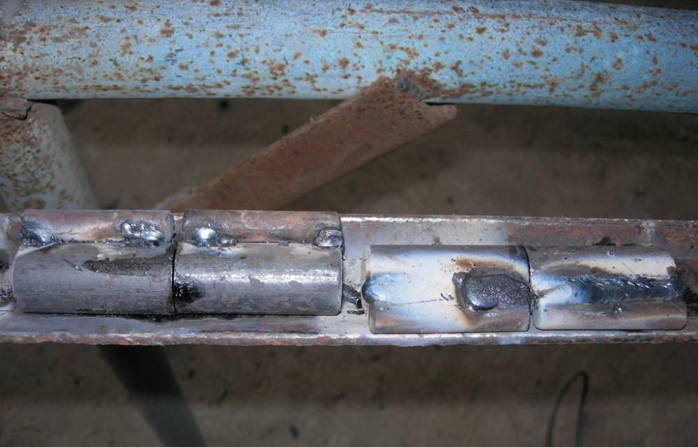 Как приварить петли на ворота, к круглым или квадратным столбам