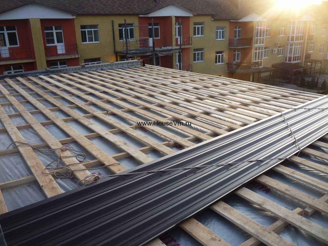 Как покрыть старую крышу профнастилом — рассмотрим вопрос