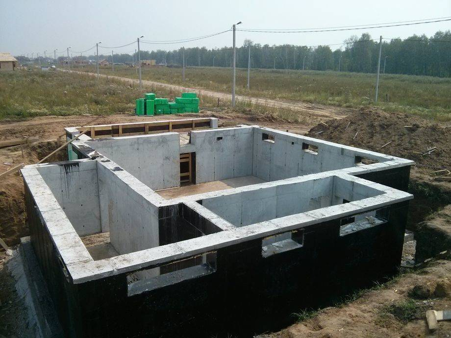 Цокольный этаж в частном доме (устройство): проект строительства на склоне, с панорамным остеклением, своими руками