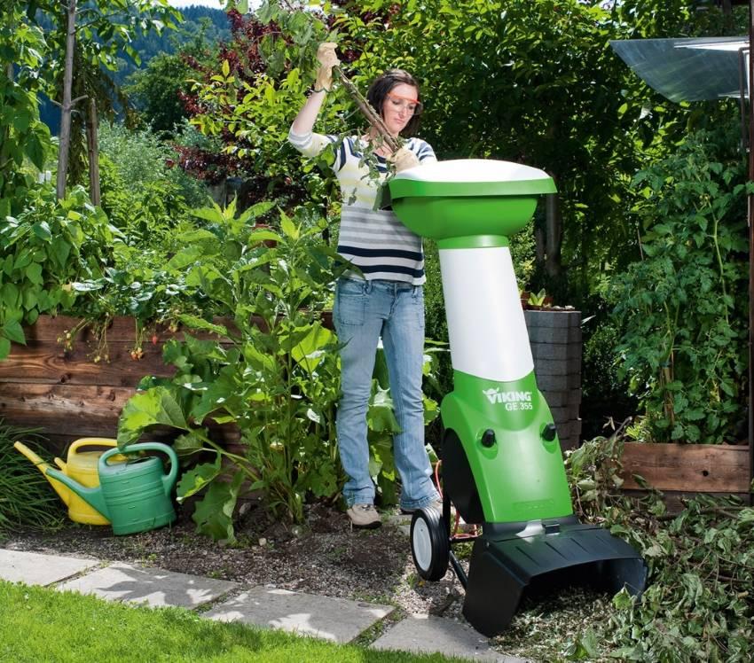 Садовые измельчители для травы, листьев и садового мусора: электрические, аккумуляторные и бензиновые ручные пылесосы, обзор моделей мульчирующих аппаратов