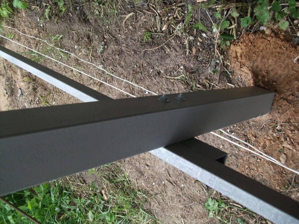Как установить металлический забор с помощью сварки и без нее