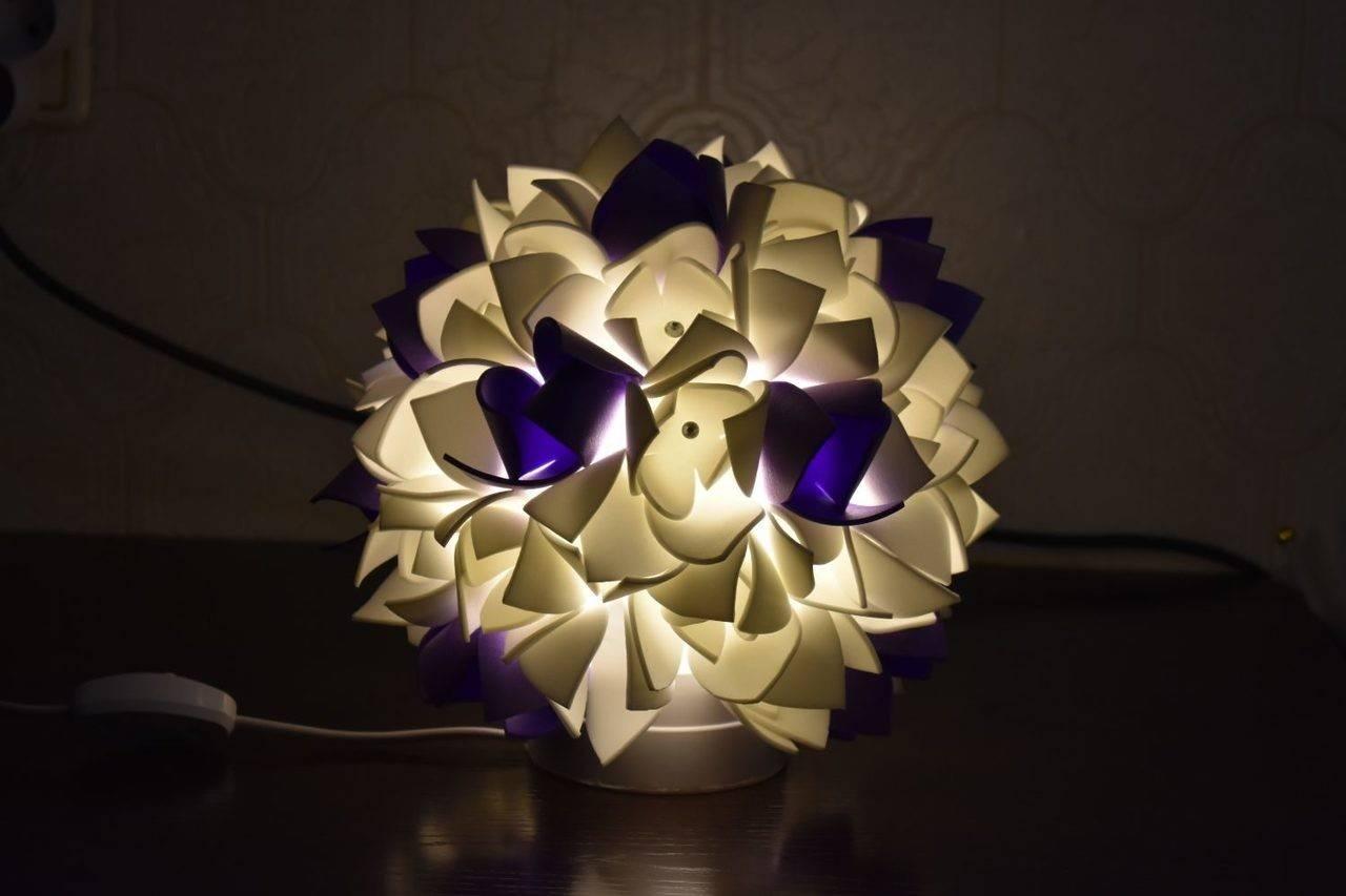 Цветы-светильники из изолона (21 фото): как пошагово сделать ростовые торшеры и ночники с подсветкой своими руками? как провести туда электрику?