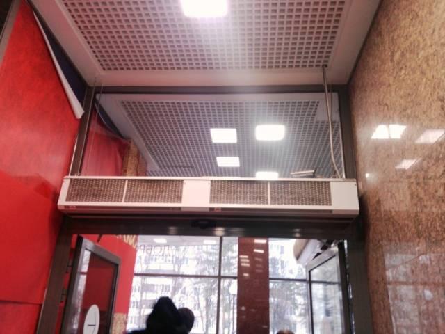 Насколько эффективна тепловая завеса на входную дверь и как её выбрать