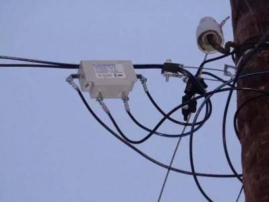 Счетчик электроэнергии на столбе