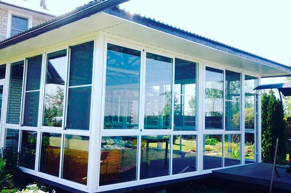 Терраса: что это такое, особенности террасной архитектуры и отличия от веранды, открытая летняя деревянная и восточная террасы, стеклянная конструкция вокруг дома