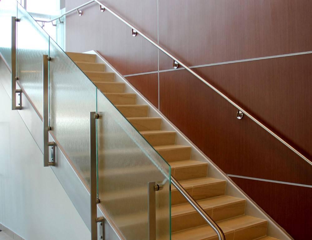 Перила для лестницы в частном доме: виды, современные