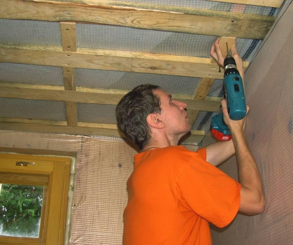 Потолок из вагонки (54 фото): чем обшить и как крепить в деревянном доме, обшивка в современном стиле, тонкости отделки