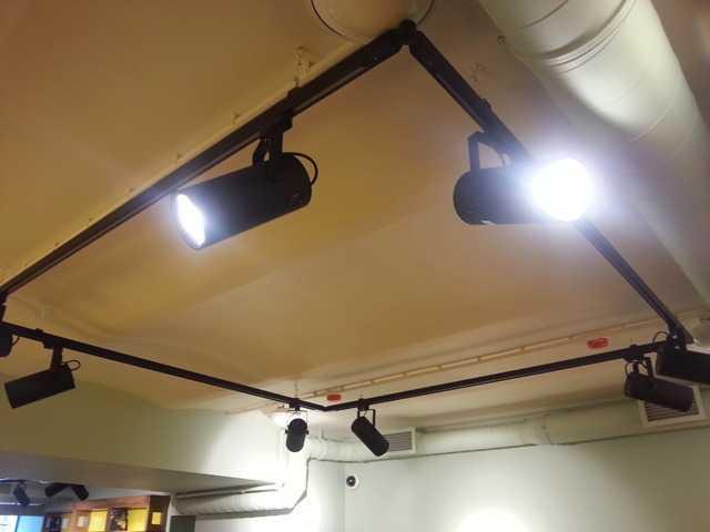 Трековые светильники на шинопроводе светодиодные, что это такое, как выбрать для дома, установка и подключение