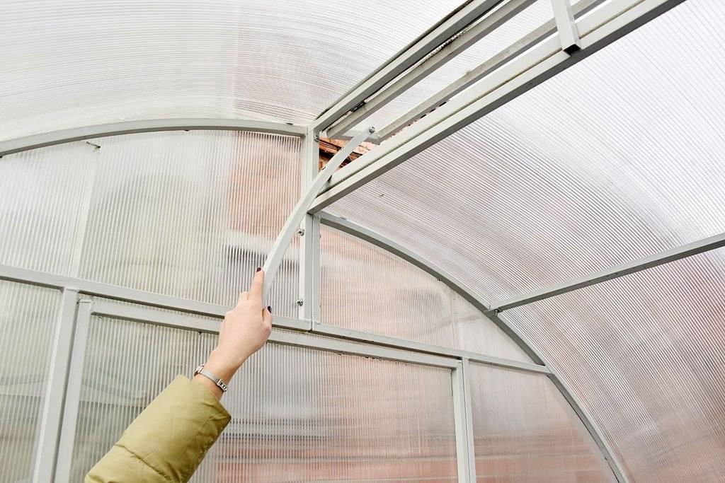 Как организовать проветривание теплицы своими руками: инструкция по изготовлению прибора