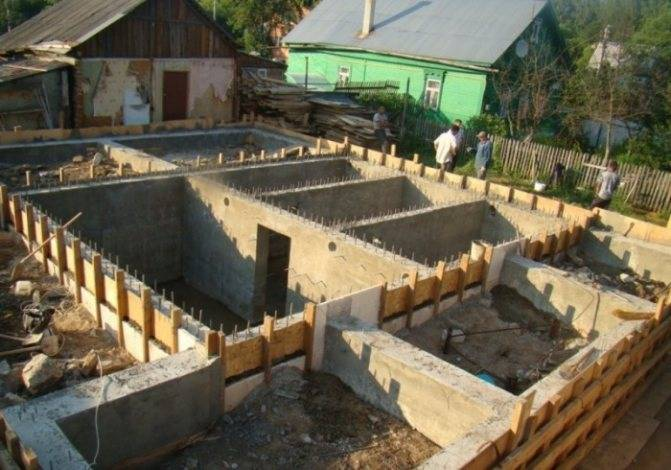 Проекты домов на склоне, планирование и постройка дома с цокольным этажом и террасой