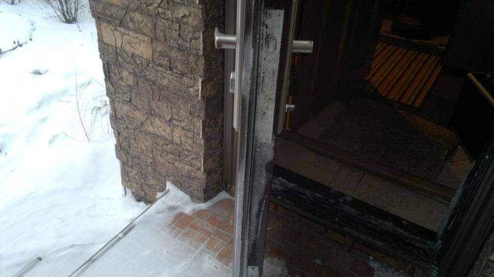 Почему потеет металлическая дверь