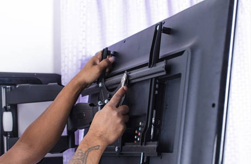 Как установить кронштейн и повесить телевизор на стену?
