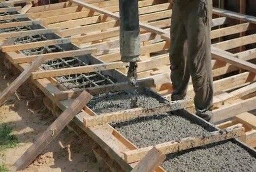 Когда снимать опалубку после заливки бетона: нормативы и советы