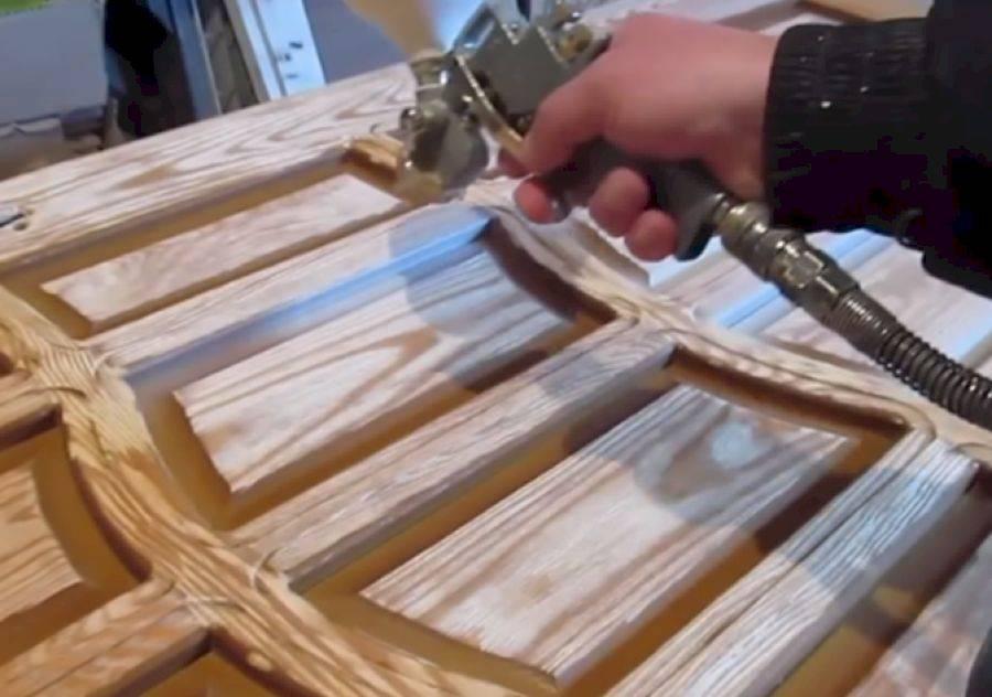 Как правильно покрасить дверь из дерева своими руками