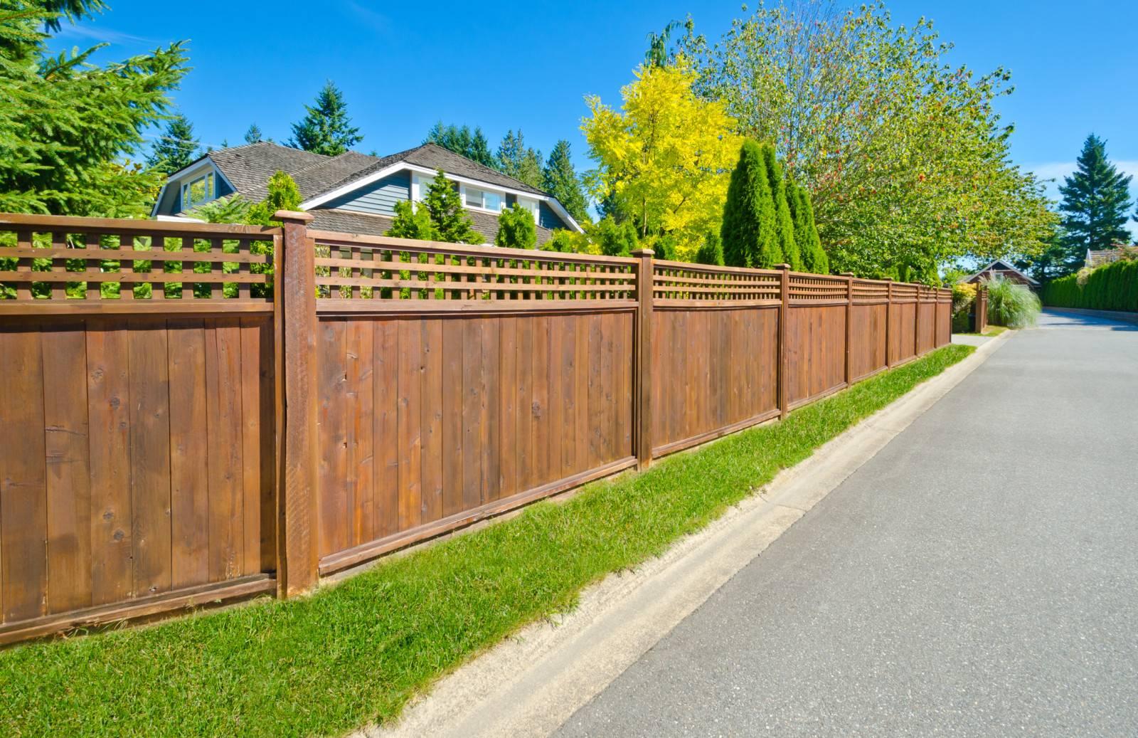 Высота и другие правила и нормы установки забора между соседями в частном доме и жилом секторе