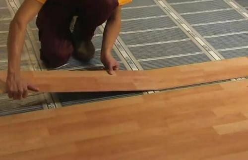 Кварцвиниловая плитка: укладка своими руками на клей, монтаж на фанеру в квартире