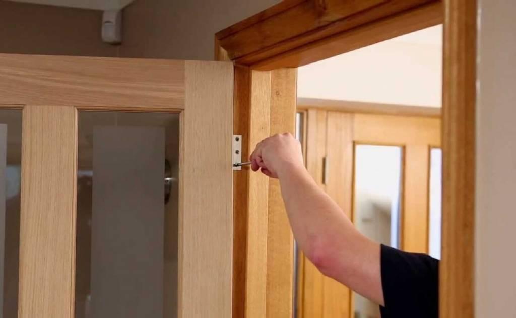 Замена стекла в межкомнатной двери - ремонт разбитого и вставка нового