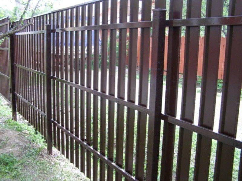Забор из металлического евроштакетника: фото, цены, как сделать своими руками