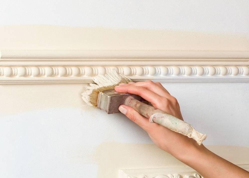 Как покрасить потолочные плинтуса из пенопласта?
