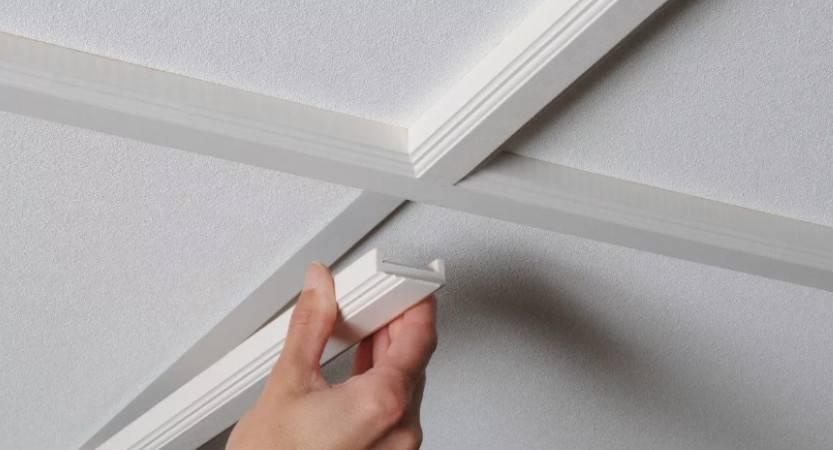 Потолочный плинтус для натяжного потолка или пвх вставка: выбор технологии монтажа