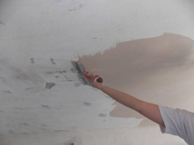 Штукатурка потолка своими руками: инструкция для выравнивания потолка штукатуркой
