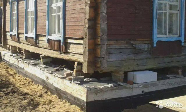 Поднятие деревянного дома