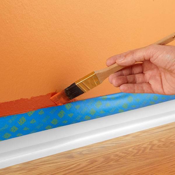Покраска потолочных плинтусов (25 фото): какой краской красить плинтус из пенопласта и другие? надо ли грунтовать перед окраской?