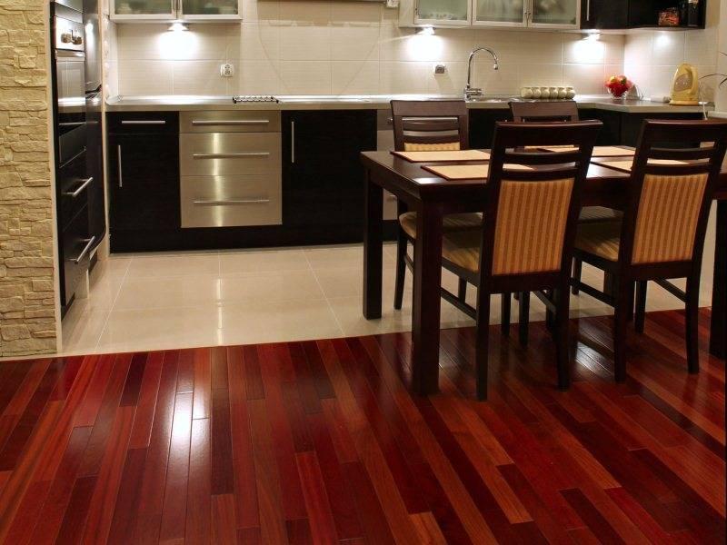 Светлый ламинат в интерьере квартиры (40 фото):  оттенки покрытия беленый и горный дуб в сочетании с темными дверями и плинтусом