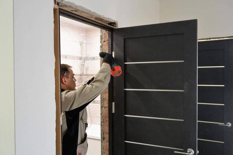 Установка межкомнатных дверей своими руками: простая пошаговая инструкция - vodatyt.ru